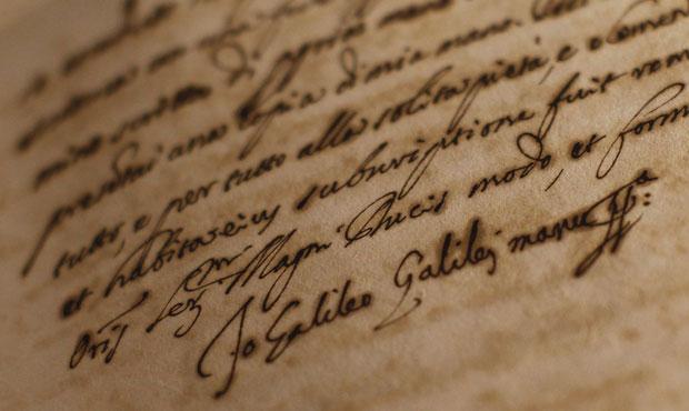 Assinatura de Galileu Galilei é vista em um dos documentos expostos pelo Vaticano (Foto: Tony Gentile/Reuters)