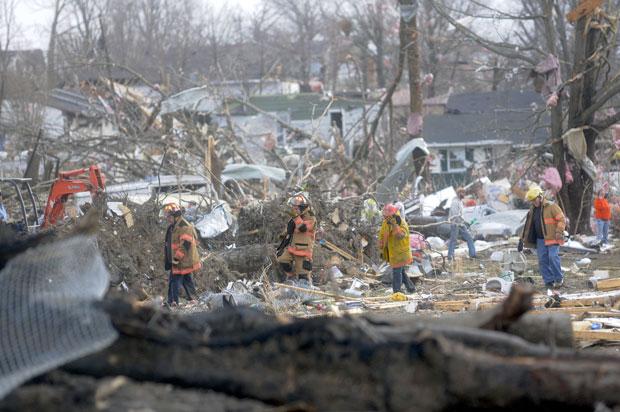 Equipes de resgate atuam entre escombros de casas destruídas em Harrisburg, Illinois (Foto: AP/Paul Newton/The Southern Illinoisan)