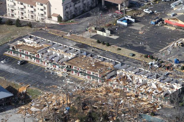 Vista aérea mostra um motel destruído após a passagem do suposto tornado em Branson (Foto: AP/Dean Curtis/The News-Leader)