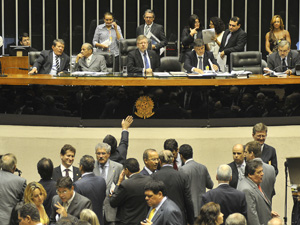 Deputados durante a vota&#231;&#227;o do projeto de cria&#231;&#227;o de um fundo de previd&#234;ncia complementar para os servidores (Foto: Jos&#233; Cruz  / Ag&#234;ncia Brasil)