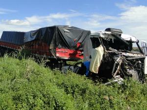 Passageira do caminhão morreu no local (Foto: Suzana Vanessa/Idest)