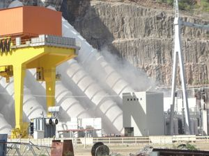 Focos de incêndio em turbina da Usina de Xingó (Foto: Silvinha Oliveira)