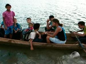 Seca impede travessia de balsa e crianças usam canoa para estudar (Foto: Reprodução/TV Suodeste)