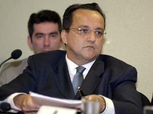 O empresário do ramo de jogos, Carlos Augusto Ramos, o Carlinhos Cachoeira, em 2005, durante depoimento na CPMI dos Bingos, no Congresso (Foto: Roosewelt Pinheiro / Agência Brasil)