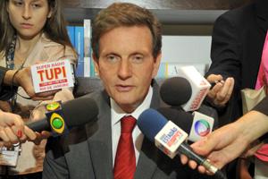 O senador Marcelo Crivella durante entrevista em seu gabinete após ter sido anunciado como novo ministro da Pesca (Foto: Antonio Cruz / Agência Brasil)
