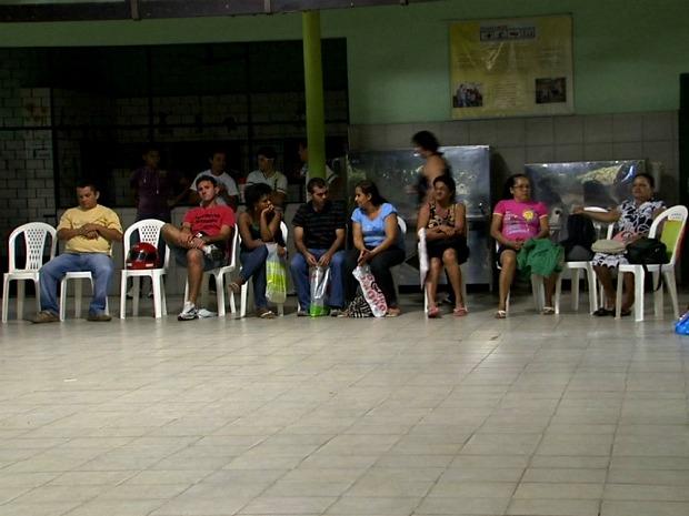 Direção da escola decidiu acolher dentro do prédio pais e alunos que formavam fila do lado de fora para conseguirem matrícula  (Foto: TV Verdes Mares/ Reprodução)