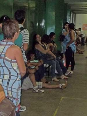 Pacientes aguardam sentados no chão por atendimento no Hospital de Base (Foto: Filipe Matoso/G1)