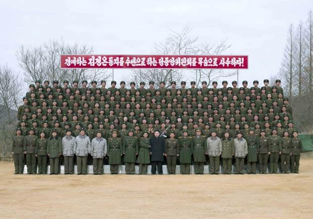 O líder da Coreia do Norte, Kim Jong-un, posa com batalhão do exército do país na região sudoeste em 26 de fevereiro (Foto: Reuters)