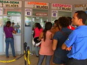 Ganhador do prêmio milionário jogou em casa lotérica no bairro Porto, em Cuiabá. (Foto: Reprodução/ TVCA)