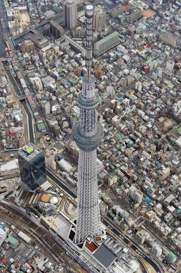 A Tokyo Sky Tree, reconhecida como maior torre do mundo, com 634 metros, é fotografada em Tóquio na quarta (28), um dia antes de de ficar pronta (Foto: Kyodo / Reuters)
