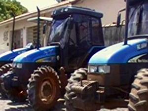 Tratores roubados por quadrilha foram recuperados pela polícia em Tambaú (Foto: Reprodução/EPTV)