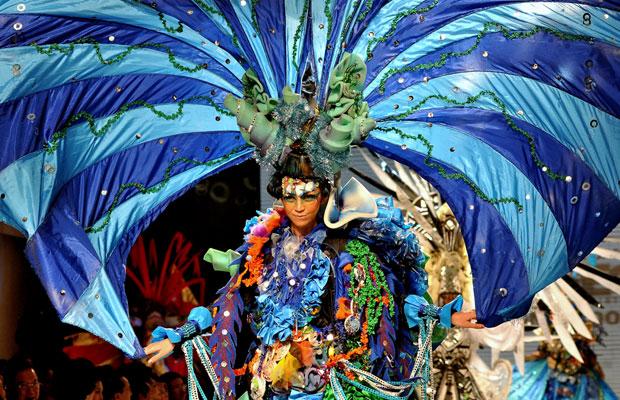 Fantasia em desfile do carnaval de Jember (Foto: Divulgação)