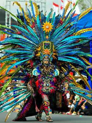 Desfiles ocorrem uma vez ao ano, na Indonésia (Foto: Rismiyanto/Divulgação)