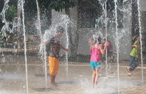 De roupa e tudo, crianças se divertem em  chafariz, em Caldas Novas (GO) (Foto: Elisângela Nascimento/G1)