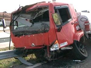 Caminhão carregado de combustível sai da pista e congestiona BR-324 (Foto: Imagem/TV Subaé)