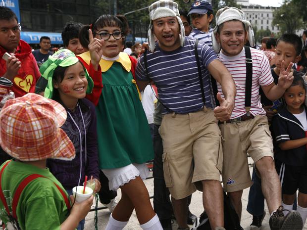 Fãs fantasiados comparecem ao evento em homenagem ao ator Roberto Gómez Bolaños no México (Foto: AP/Marco Ugarte)