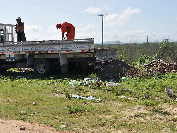 Entulhos são jogados de caminhão de construtora em terreno no bairro do Serrotão, em Campina Grande (PB) (Foto: Wedscley Melo/Divulgação)