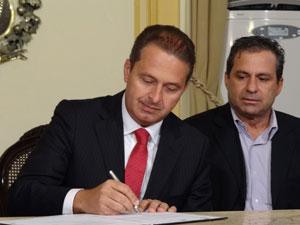 Eduardo Campos, governador de Pernambuco, assina aumento de piso dos professores (Foto: Luna Markman/G1)