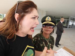 """Ivone Luzardo, representante de esposas de militares, disse que queria """"gerar uma situação"""" (Foto: Ed Ferreira/Agência Estado)"""