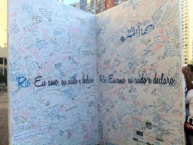 Cariocas e turistas se declaram ao Rio em cartão gigante de aniversário