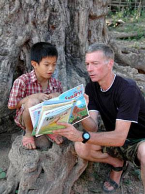 Sasha Alysson lê livro para criança no Laos (Foto: Divulgação)
