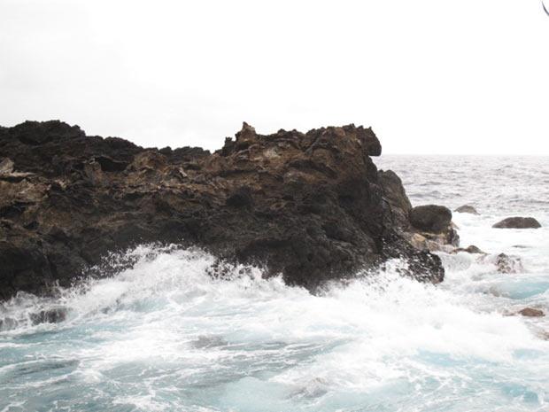Após tempestade, mar ficou bravo e águas colidiam incessantemente com as rochas do arquipélago (Foto: Eduardo Carvalho / Globo Natureza)