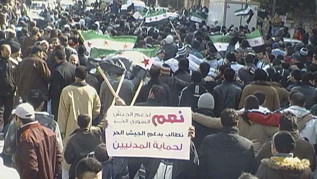 Manifestantes protestam contra o regime de Assad nesta sexta-feira (2) em Al Qusour (Foto: Reuters)