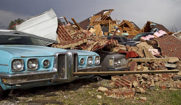 Destruição provocada por tornado em Athens, no estado americano do Alabama, nesta sexta-feira (2) (Foto: AP)