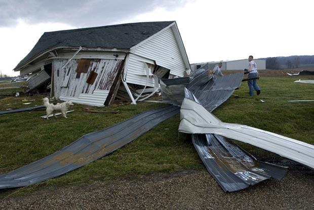Moradores retiram destroços de casa atingida por tornado no condado de Posey, próximo a Wadesville, no estado americnao de Indiana (Foto: AP)