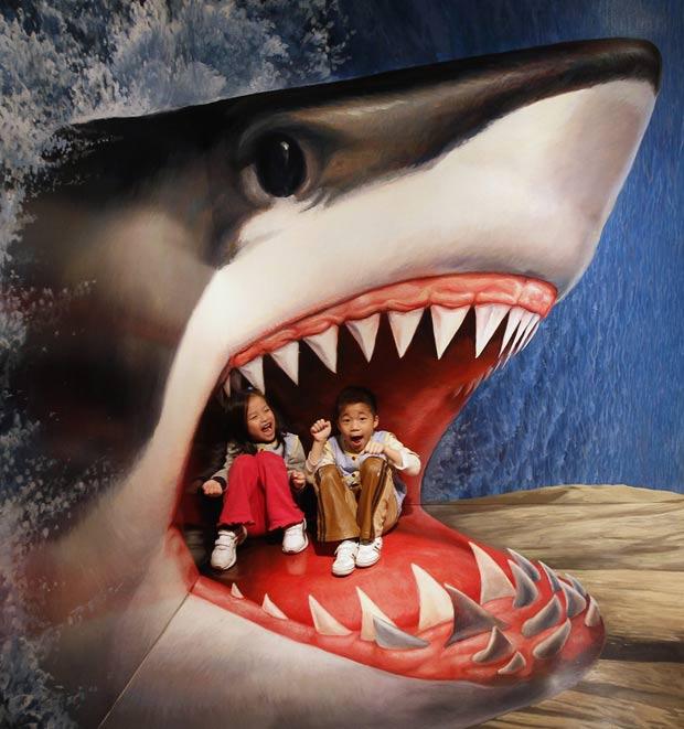 Pintura em 3D de um tubarão virou atração de um museu em Taipei. (Foto: Shengfa Lin/Reuters)