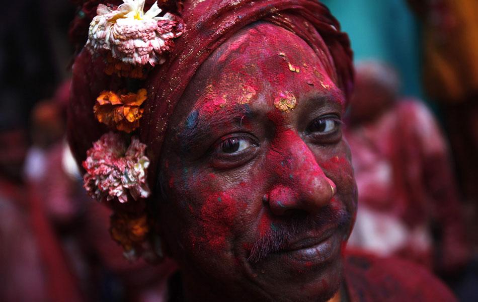 Homem celebra o Lathmar Holi em Barsana. A festividade também marca a chegada da primavera.