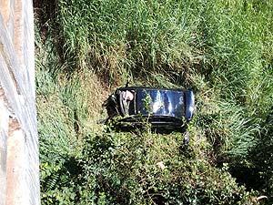 Veículo caiu de uma altura de mais de 15 metros (Foto: Paulo Barbosa/G1)