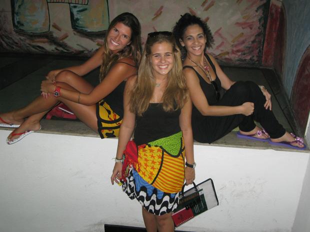 As alunas Valentina, Daniella e Liz vão dá praia direto para a faculdade  (Foto: Perla Rodrigues/G1)