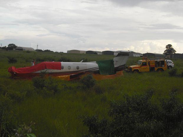 Avião com cinco pessoas a bordo caiu logo após tentar a decolagem.  (Foto: João Bento Jr. /Jornal Correio de Lins)