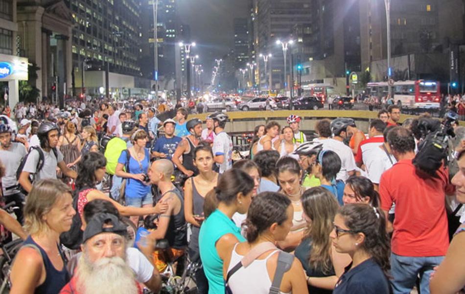 Dezenas de ciclistas e cicloativistas se reuniram na Praça do Ciclista na Avenida Paulita