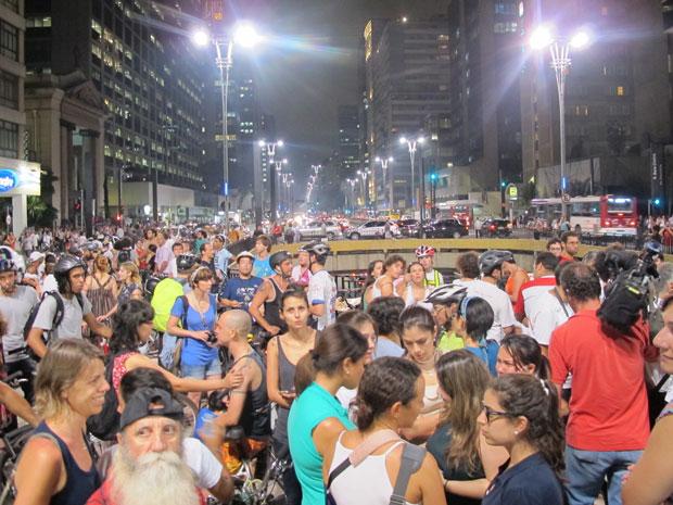 Dezenas de ciclistas e cicloativistas estão reunidos na Praça do Ciclista na Avenida Paulita. (Foto: Marcelo Mora/G1)