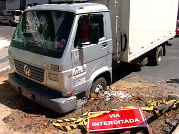 Caminhão cai dentro de buraco (Foto: Reprodução/TV Gazeta)