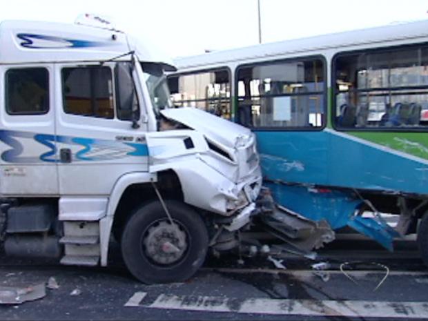 Carreta colide com ônibus e quatro pessoas ficam feridas, no Espírito Santo (Foto: Reprodução/TV Gazeta)
