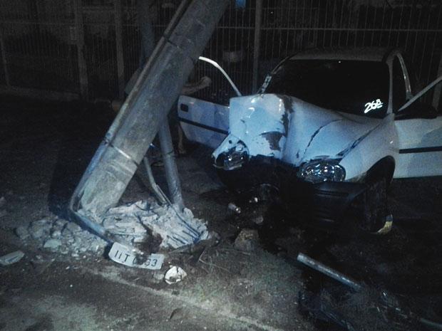 Carro bateu em poste, que acabou caindo sobre prédio em Porto Alegre (Foto: Niwmar Honatel/RBS TV)