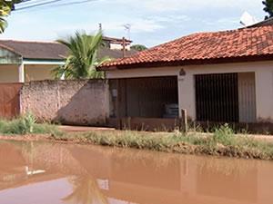 Ruas ficaram alagadas com a forte chuva (Foto: Reprodução/ TVCA)