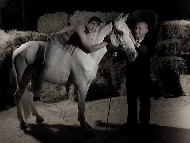 Cena do drama 'Equus' com Leonardo Miggiorin e Elias Andreato (Foto: Chris Ceneviva/ Divulgação)