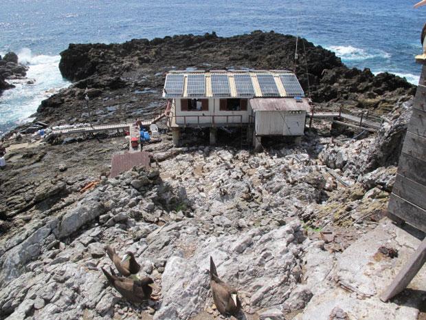 Estação científica funciona a base de energia solar. Na foto, placas instaladas no teto da casa-laboratório (Foto: Eduardo Carvalho/Globo Natureza)