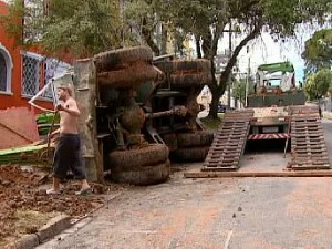 Máquina de perfuração bloqueia rua de Curitiba (Foto: Reprodução RPCTV)