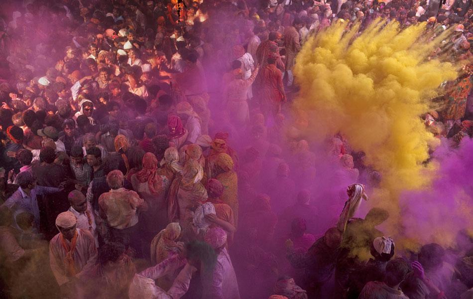'Explosões' de pó colorido atingem o público em Barsana.