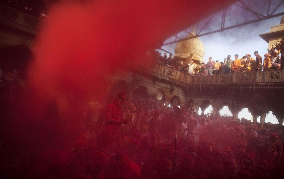Multidão é tingida de vermelho no templo Radha Rani, em Barsana.