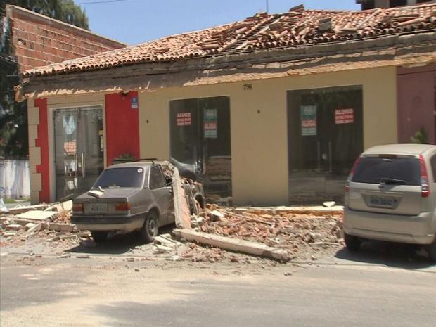 Queda de parte da fachada causou dano a três veículos e feriu um pedreiro (Foto: TV Verdes Mares/Reprodução)