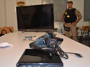 Entre o material apreendido pela polícia na casa do suspeito, estavam eletrônicos e documentos de vítmas (Foto: Walter Paparazzo/G1 PB)