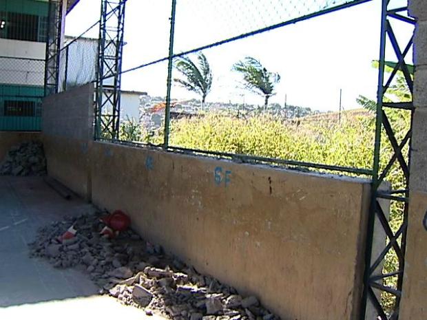 Estudante leva 58 pontos após muro de escola cair em seu pé, no ES (Foto: Reprodução/TV Gazeta)