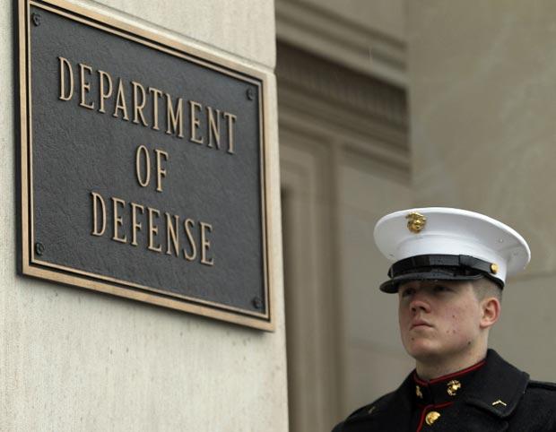 Fuzileiro monta guarda em frente ao Pentágono em 29 de fevereiroa (Foto: Reuters)