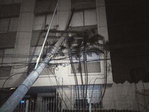 Carro bateu em poste, que caiu sobre prédio em Porto Alegre (Foto: Niwmar Honatel/RBS TV)